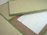 畳の下に防カビシートを敷く写真
