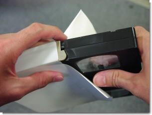 テープをコの字型に覆うようにケースに入れて、ビデオテープを保護